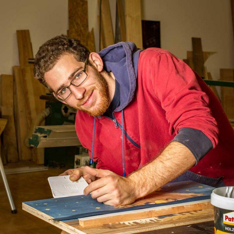 Johannes beim Intarsien-Verleimen in der Holzwerkstatt