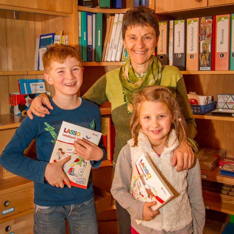 Schuldirektorin Ingrid Wagner mit Elian und Miriam-Petra