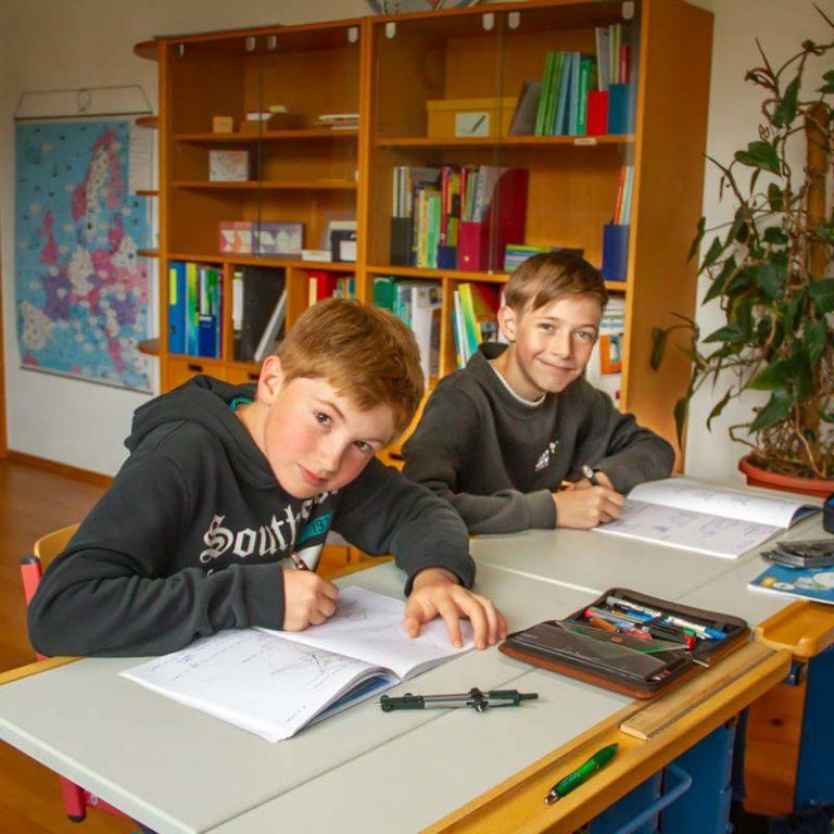 Elian und Alexander im Mathematik-Unterricht